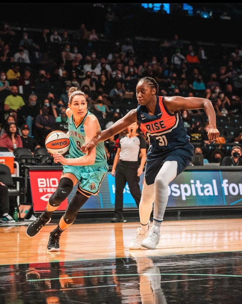 Bec Allen drives on her former teammate Tina Charles on September 17. (Photo credit: Jesse Louie for Just Women's Sports, @jesselouie.)