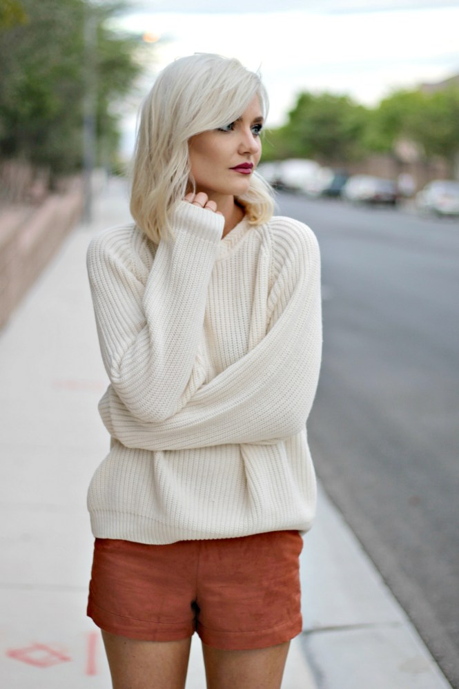 suede-shorts-slouchy-sweater-oversized-sweater-over-the-knee-boots-over-the-knee-gray-boots-grey-boots-las-vegas-fashion-blogger-lindsey-simon-the-nomis-niche-snakeskin-clutch-4
