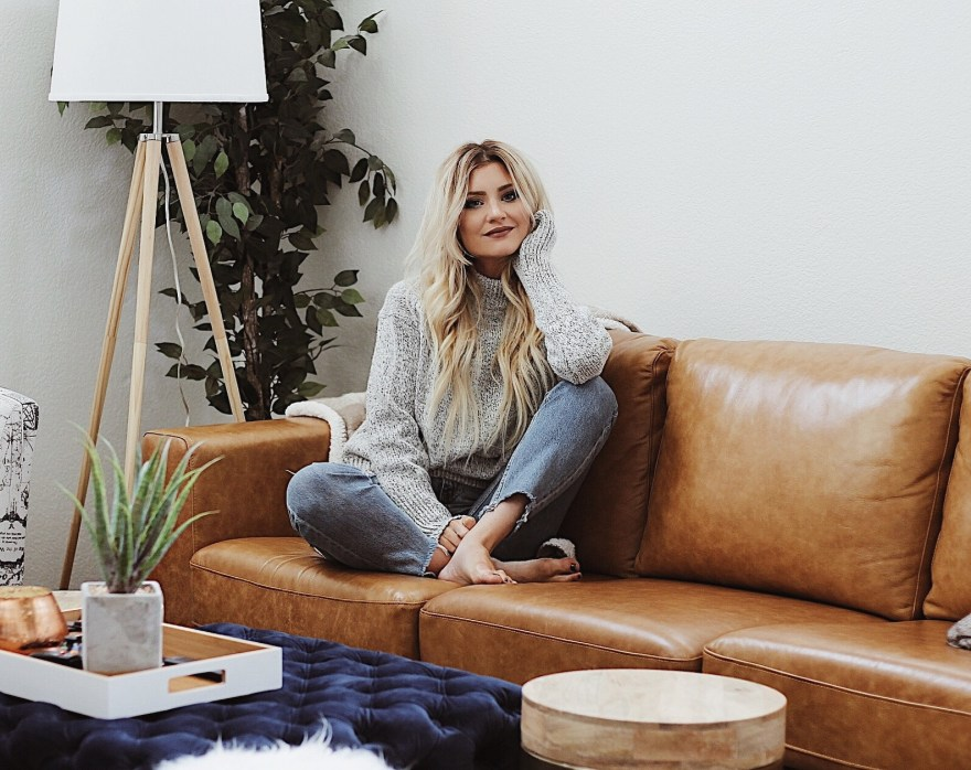 thanksgiving, tips to staying grateful, gratefulness, the truth about gratitude, fashion blogger, beauty blogger, turtleneck, casual style, living room, ideas, boho style, mid century modern, bohemian living room, leather couch, holiday style, thanksgiving, thanksgiving 2017, the noms niche, lindsey simon