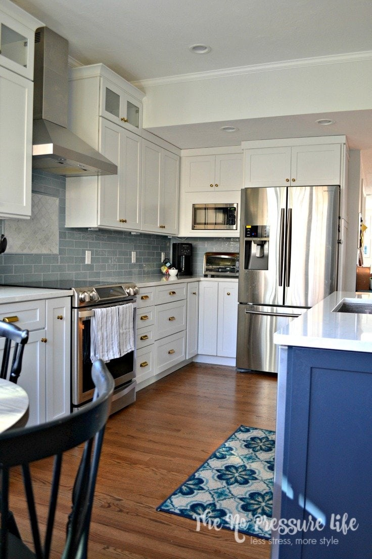 """LOVE this blue and white kitchen! You should see the """"before"""". Get kitchen renovation tips for beginners at The No Pressure Life."""