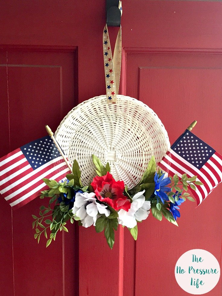 Learn how to make a 4th of July wreath in 15 min or less! This easy DIY patriotic wreath is a great 4th of July craft and Memorial Day decoration as well. | 4th of July door hanger, Memorial Day wreath, diy 4th of July wreath, 4th of July wreath tutorial
