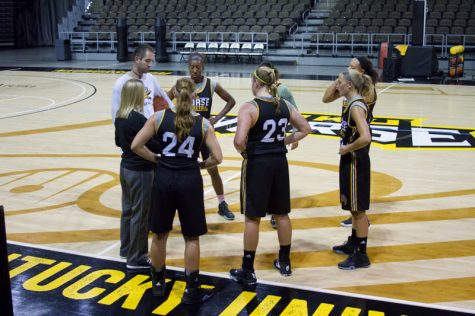 Whitaker huddles up with her team during a scrimmage on Norse Media Day.
