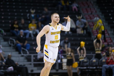 Mason Faulkner (11) shoots in the game against UIC.