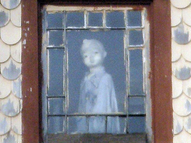 Qu'est-ce que c'est dans la fenêtre?  La légende étrange de la poupée Janesville