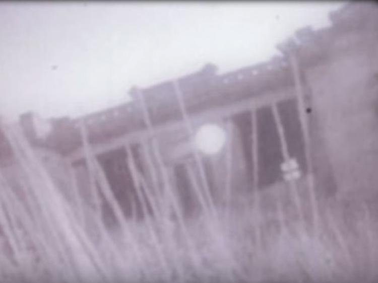 Un alambic du bâtiment en vedette dans les images de Bitterfoot.