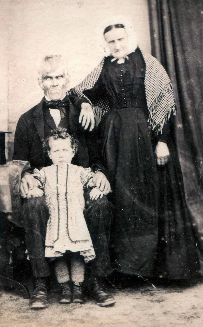20 Old Mysterious Photographs Discovered on the Internet