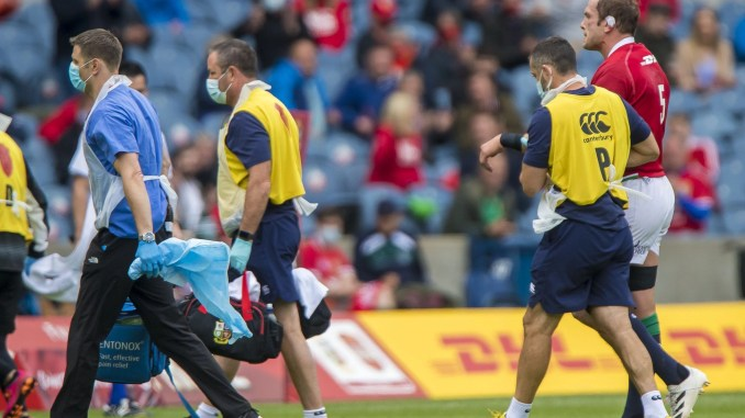 Alun Wyn Jones leaves the field after dislocating his shoulder. Image: © Craig Watson - www.craigwatson.co.uk