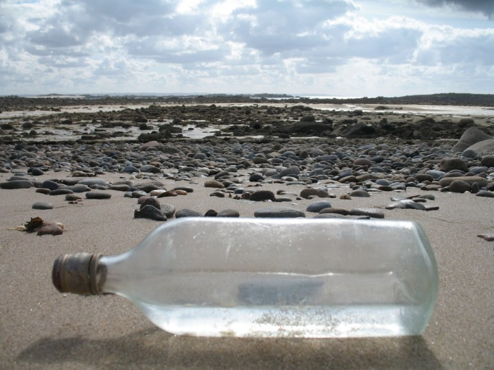 une bouteille à la mer - ©tangi bertin - https://www.flickr.com/photos/tangi_bertin/3871419877