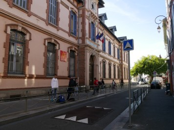 Ralentisseur et barrières devant le lycée ©Hélène Lafitte