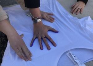 Fabrication Tee-shirt Mains violettes