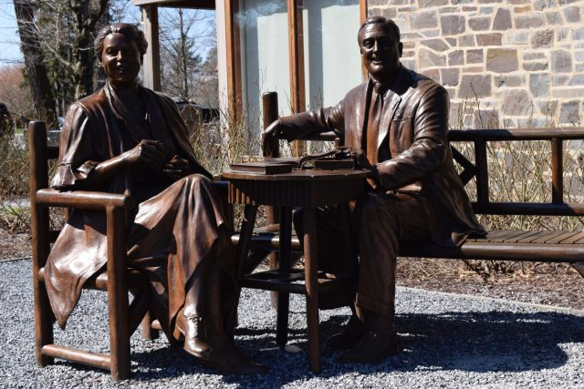 Eleanor-and-Franklin-Roosevelt-statues