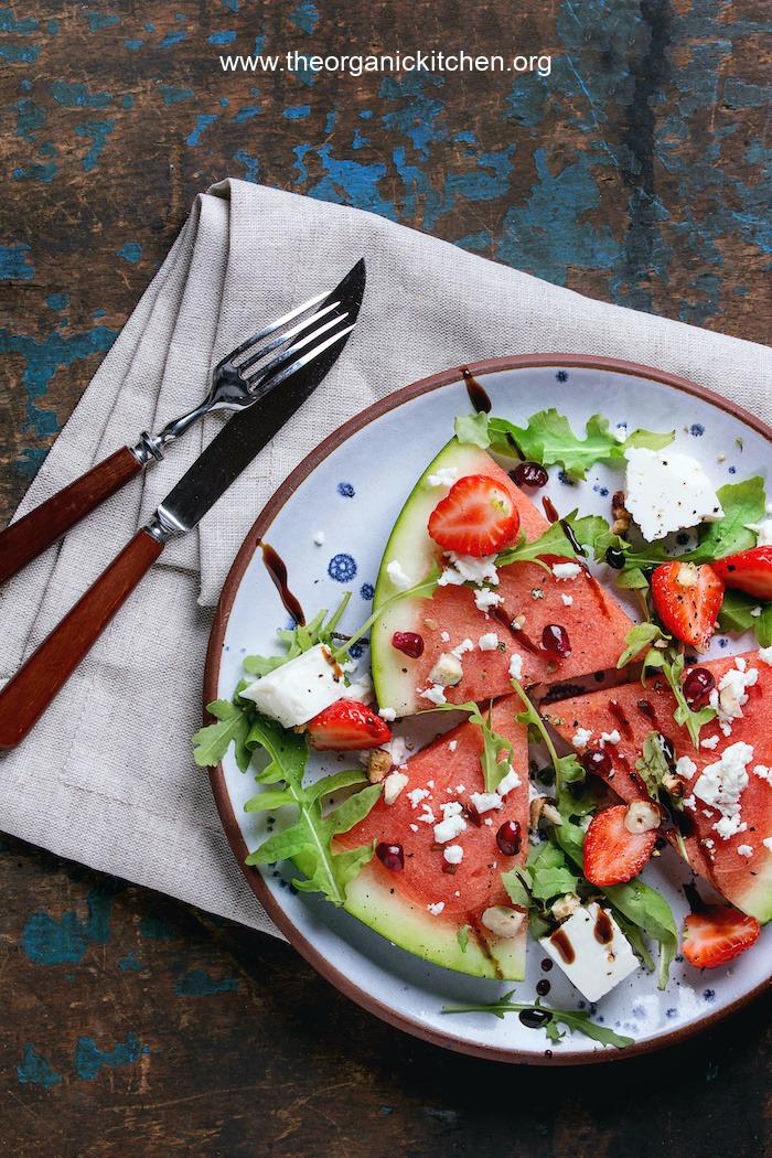 Salade de pastèque facile sur plaque bleue avec fourchette et couteau sur serviette en tissu