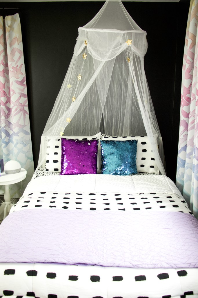 bed with canopy
