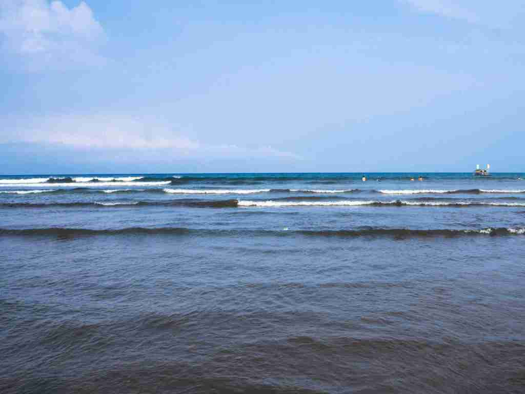 waves in magra beach in real quezon