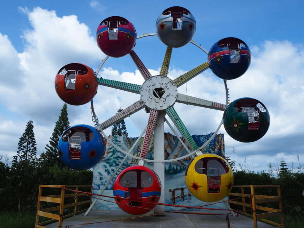 eight cabin ferris wheel in fantasy world in lemery batangas