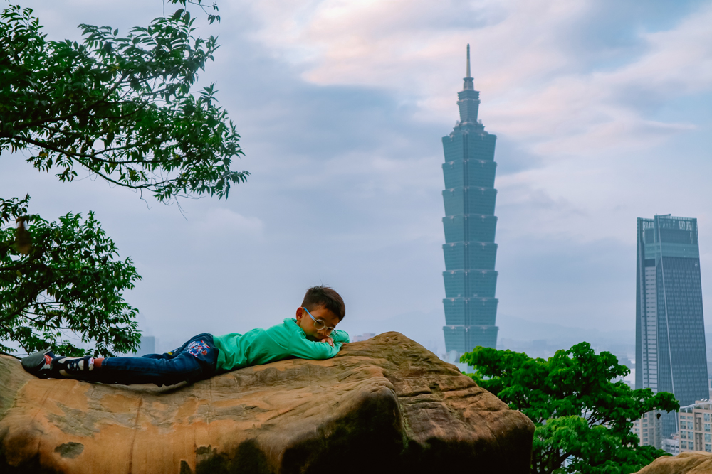 6 Days Taiwan Travel Guide and Itinerary big stone in elephant mountain overlooking taipei city