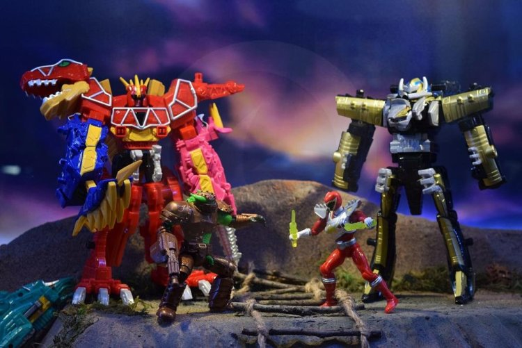 nycc2015-Power_Rangers_Dino_Charge12