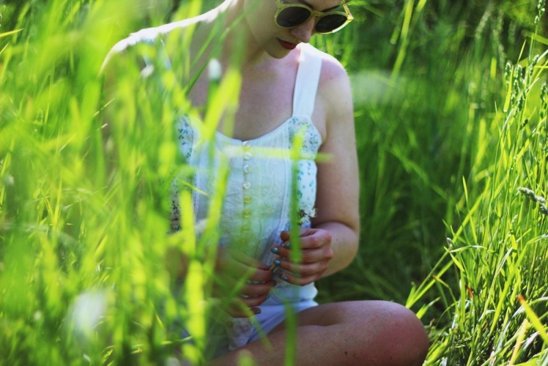 hannah rupp Crop top, denim shorts, round sunglasses, flowers in my hair. Perfect summer outfit in a field!
