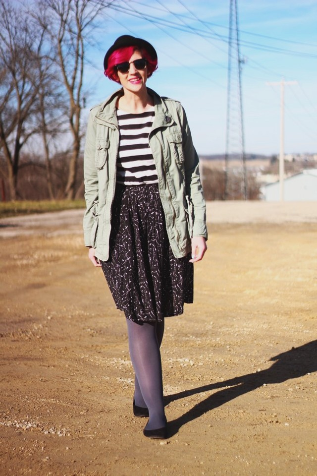striped-tee-black-skirt-pattern-mixing-outfit-05
