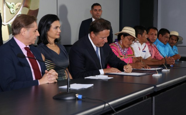 The president and the cacique signing an agreement that puts off all of the hardest questions. Photo by the Presidencia.