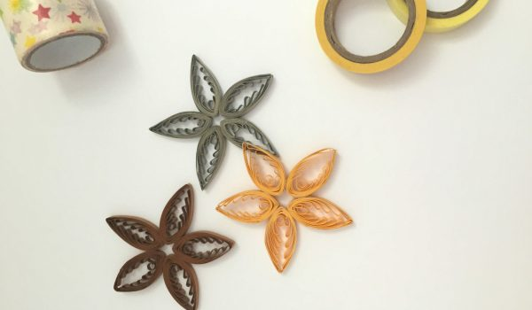 Quilling Paper Stars ~ Brighten up the night with a few shiny stars made on a quilling comb || www.thepaperycraftery.com