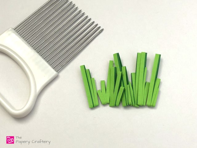 Simple Quilling Paper Grass ~ Make easy two-toned grass for your next quilling craft with your quilling comb || www.ThePaperyCraftery.com