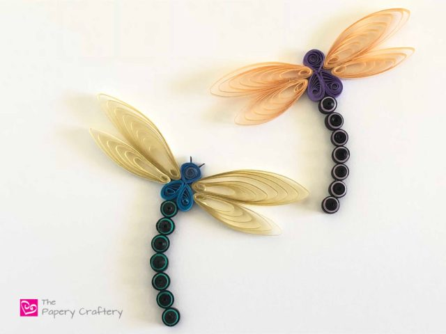 Quilling Paper Dragonfly ~ Make your own flittering, flying summertime bug! || www.ThePaperyCraftery.com