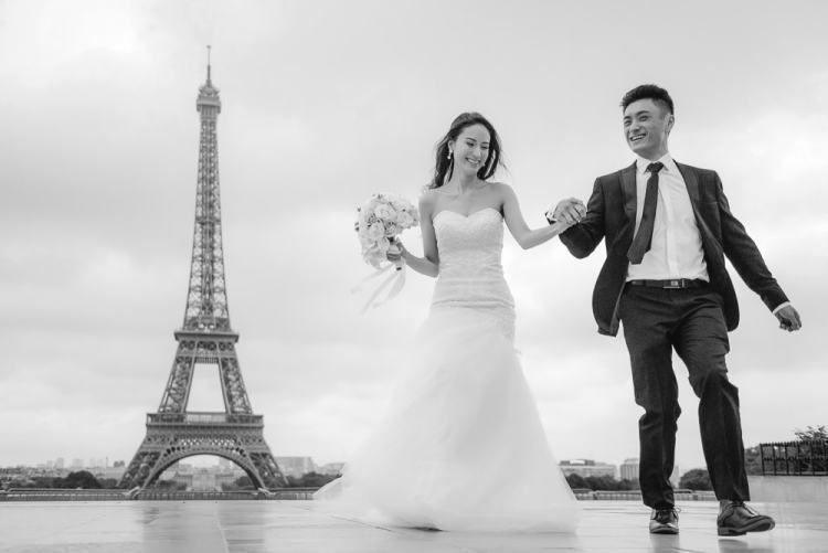 Paris pre wedding photographer - asian bride and groom running away from the eiffel tower