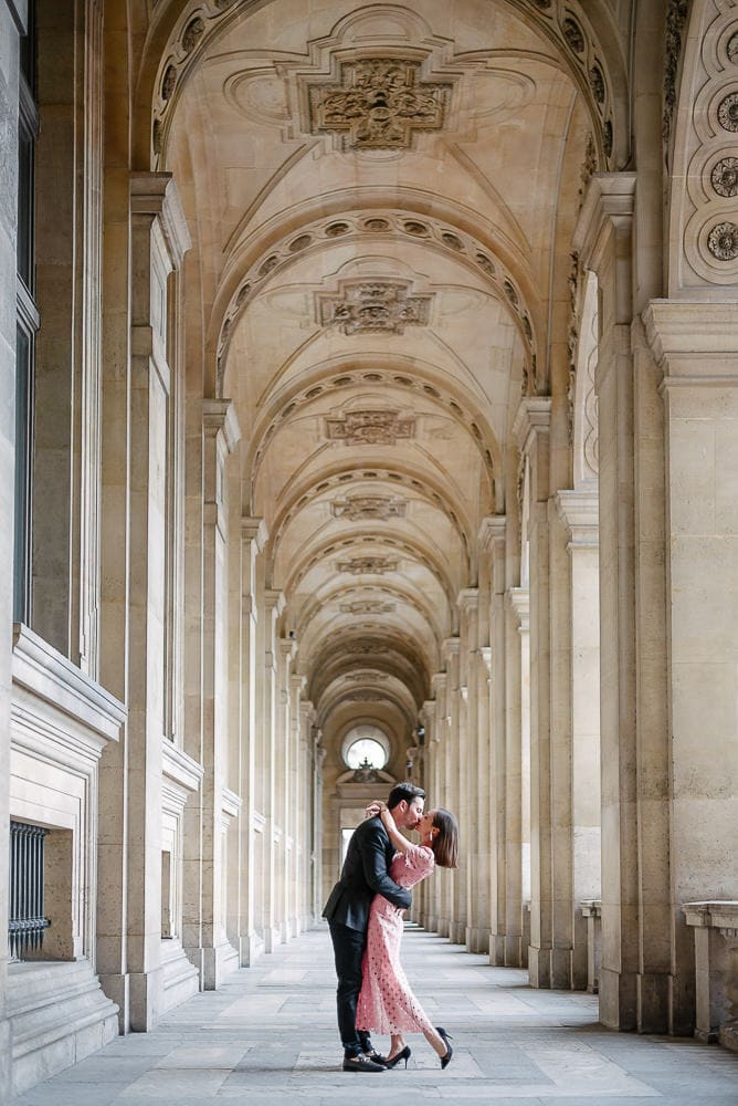pictures couples kissing under the arches of the Louvre Museum