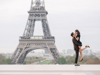 Couple photoshoot ideas - Your guide to brilliant couples photos. First example, the mesmerizing lift