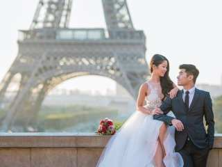 Couple photoshoot ideas in Paris – Bride and groom posing at the Eiffel Tower