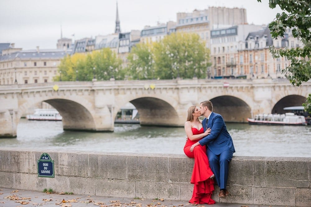 Couples photo poses ideas – Sitting down next to each other and kissing – Pont Neuf Paris