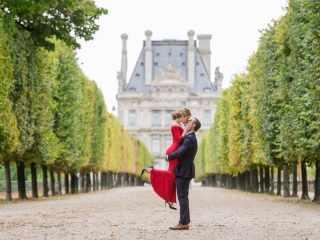 Couples photo poses ideas – The romantic lift – The Paris Photographer