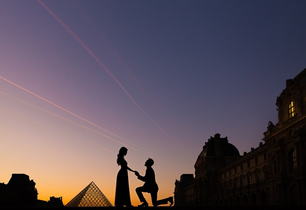 Couples photography ideas in Paris – Creative silhouette at the Louvre