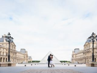 Couples shoot ideas – Black bride and groom kissing in the courtyard of the Louvre Museum