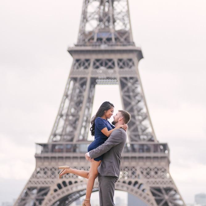 Engagement picture at Eiffel Tower by Parisian photographer Vio