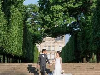 Ideas for couples photoshoot – Bride and groom holding hands and walking down on stairs in the Tuileries Gardens