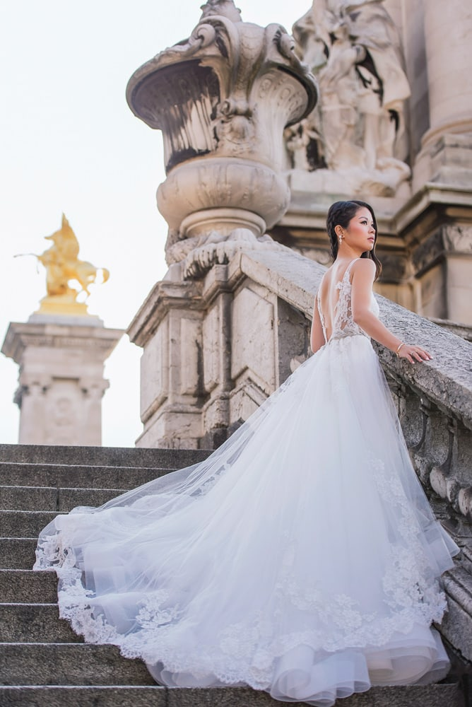 pre wedding photography paris - asian bride posing on the alexander 3 bridge