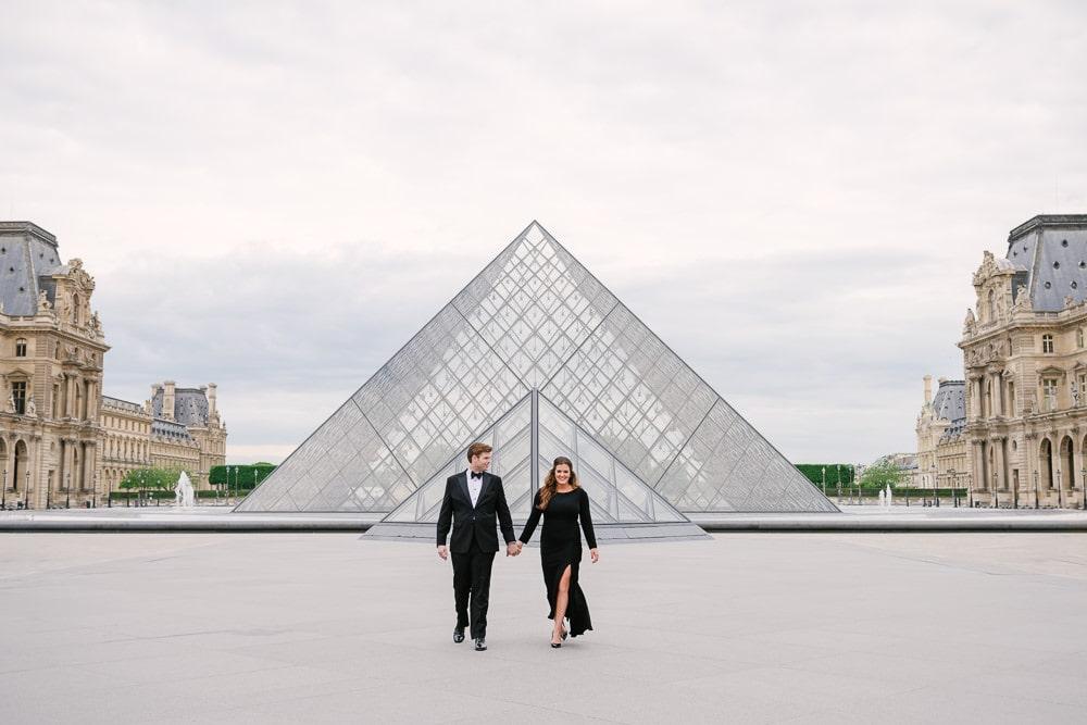 Parisian photographer Vio - engagement picture at Louvre