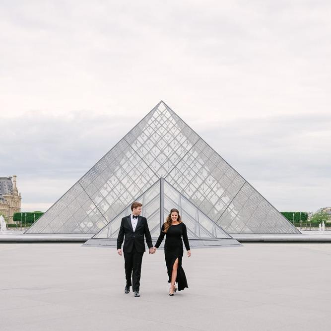 Parisian photographer Vio - engagement picture at Louvre