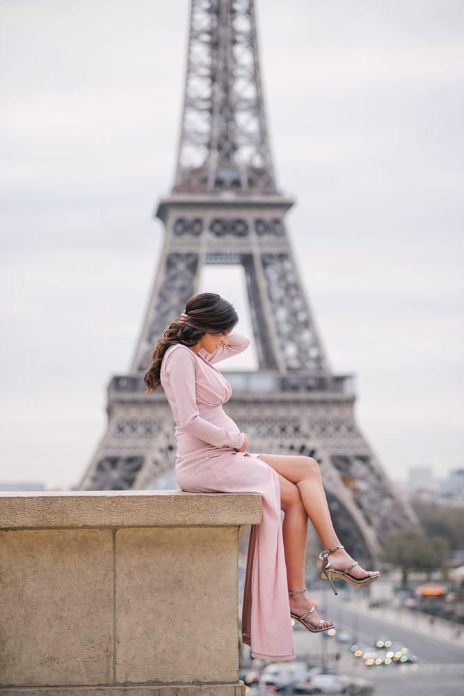 Parisian photographer - maternity photos in Paris - beautiful girl with pink elegant dress