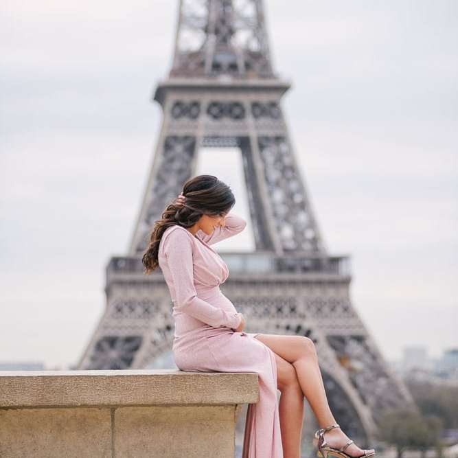 Parisian photographer - maternity photos in Paris - beautiful girl with pink elegant dress