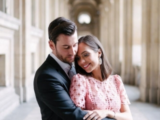 Posing ideas for couples - the warm hug from behind