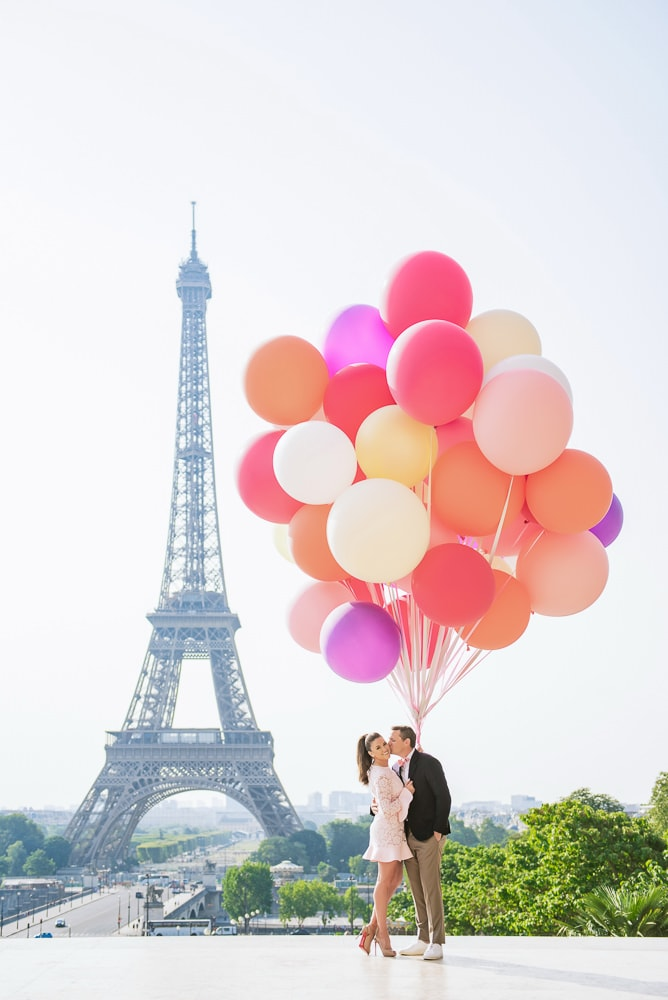 Balloons couples and engagement photo in Paris