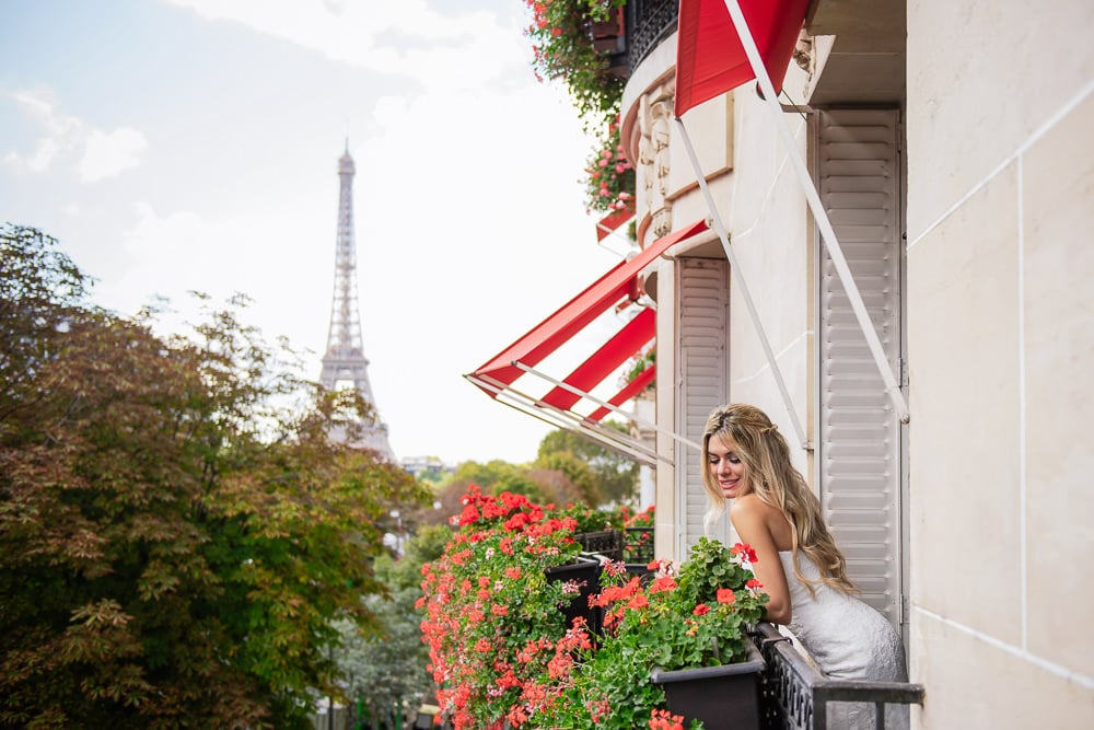 Paris bride 2020 - posing on the balcony of Plaza Athenee Paris