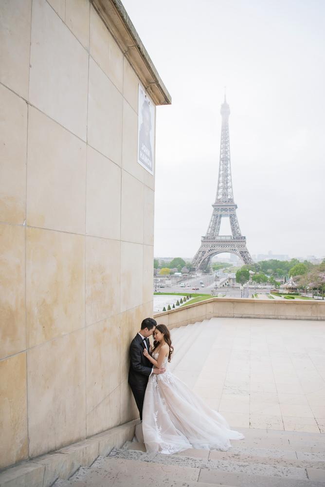 Pre wedding photos in Paris at Trocadero wall