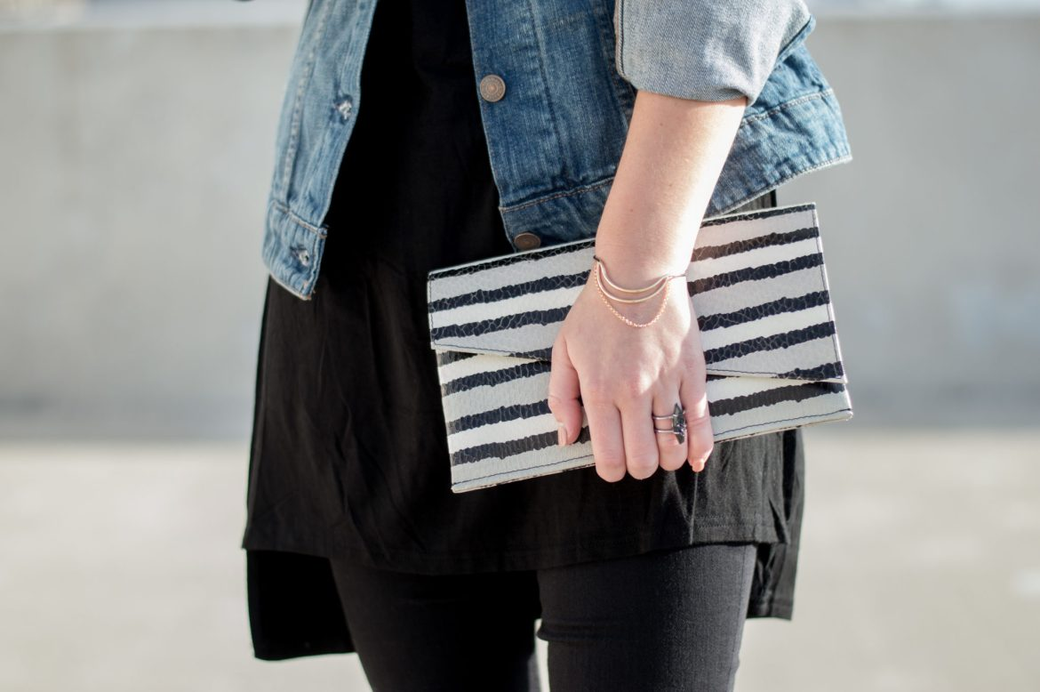 August LA Clutch black and white
