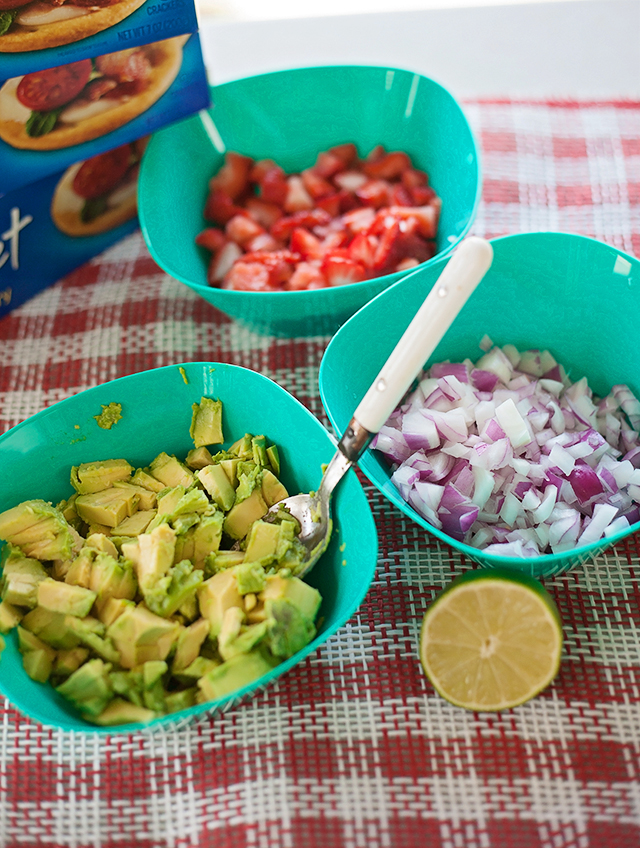 Strawberry-Guacamole-Dare-Crackers
