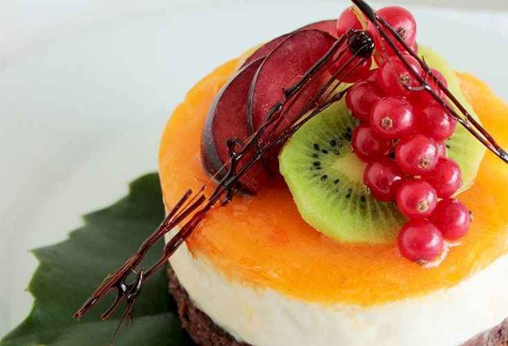 Mango ricotta cheesecake with brownie crust by The petite cook