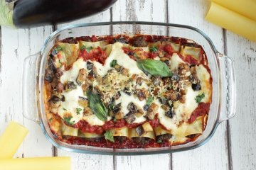 This vegetarian roasted eggplant cannelloni make a wonderfully comforting fall dish. Ready in only 40 mins and made with fresh simple ingredients. Recipe from thepetitecook.com